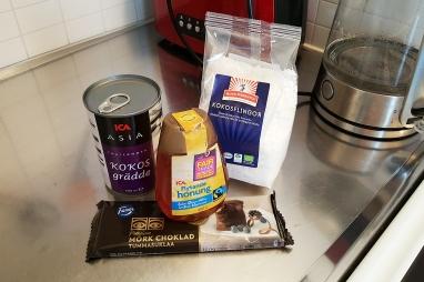 17:15 Jag hittade ett recept på Bounty - en av mina favoritchoklader. Det här är de enda ingredienserna! DET borde jag väl klara....??